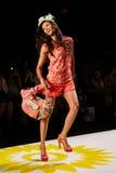 NEW YORK, NY - 4 DE SETEMBRO: Um modelo anda a pista de decolagem no desfile de moda 2015 da primavera de Desigual Foto de Stock