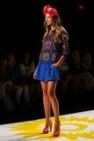 NEW YORK, NY - 4 DE SETEMBRO: Um modelo anda a pista de decolagem no desfile de moda 2015 da primavera de Desigual Imagem de Stock