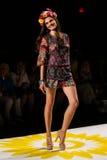 NEW YORK, NY - 4 DE SETEMBRO: Um modelo anda a pista de decolagem no desfile de moda 2015 da primavera de Desigual Imagens de Stock