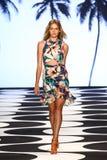NEW YORK, NY - 5 DE SETEMBRO: Um modelo anda a pista de decolagem no desfile de moda 2015 de Nicole Miller Spring Imagens de Stock