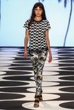 NEW YORK, NY - 5 DE SETEMBRO: Um modelo anda a pista de decolagem no desfile de moda 2015 de Nicole Miller Spring Imagem de Stock Royalty Free