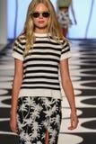 NEW YORK, NY - 5 DE SETEMBRO: Um modelo anda a pista de decolagem no desfile de moda 2015 de Nicole Miller Spring Fotos de Stock Royalty Free