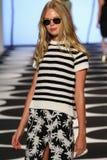 NEW YORK, NY - 5 DE SETEMBRO: Um modelo anda a pista de decolagem no desfile de moda 2015 de Nicole Miller Spring Foto de Stock