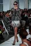 NEW YORK, NY - 9 DE SETEMBRO: Um modelo anda a pista de decolagem no desfile de moda de Oscar De La Renta Fotografia de Stock