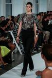 NEW YORK, NY - 9 DE SETEMBRO: Um modelo anda a pista de decolagem no desfile de moda de Oscar De La Renta Foto de Stock Royalty Free