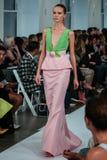 NEW YORK, NY - 9 DE SETEMBRO: Um modelo anda a pista de decolagem no desfile de moda de Oscar De La Renta Imagem de Stock