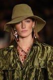 NEW YORK, NY - 11 DE SETEMBRO: Um modelo anda a pista de decolagem no desfile de moda de Ralph Lauren Imagem de Stock Royalty Free