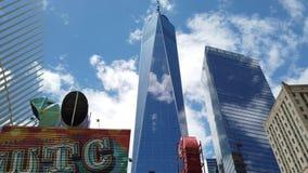 New York, NY, de V.S. Het Handelscentrum of Freedom Tower van One World in lager Manhattan wordt gevestigd dat Architecturale mod stock video