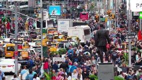 New York, NY, de V.S. Sluit omhoog van duizenden mensen die in Time Vierkant, Broadway lopen en op de zevende Weg stock video