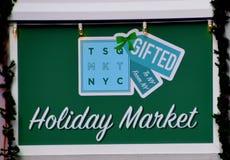 New York NY - December 2, 2017 är detta ett tecken för feriemarknaden som lokaliseras i Times Square Manhattan, New York arkivfoto