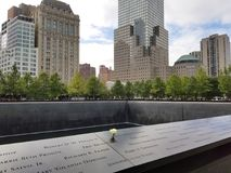 New York, NY, 2017: Denkmal an World Trade Center-Bodennullpunkt N Lizenzfreie Stockfotos