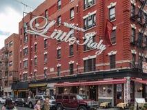 New York NY/eniga Tillstånd-Juli 5, 2016 - välkomnande till det lilla Italien tecknet på mullbärsträdgatan arkivfoto