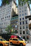 New York ny Ett litet gammalt hus som skjutas in mellan nya hus royaltyfri fotografi