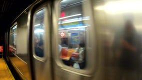 New York, NY, EUA O metro está aproximando a estação POV, ponto de vista do passageiro filme