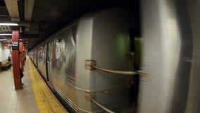 New York, NY, EUA O metro está aproximando a estação POV, ponto de vista do passageiro video estoque