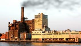 New York NY, Förenta staterna - 20 Juni 2010 Sikt från Hudson på dominobricka Sugar Refinery lager videofilmer
