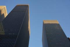NEW YORK NY - FÖRENTA STATERNA November 2019 - skyskrapabyggnader som underifrån skjutas i New York City arkivfoto
