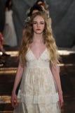 NEW YORK, NY - 16 giugno: Passeggiata dei modelli il finale della pista alla manifestazione nuziale della raccolta di Claire Pett Immagine Stock