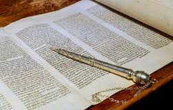 NEW YORK NY im März 2019 Das hebräische Torah jüdische Feiertage einer Synagoge, während der Buchstaben des alten Rollenbuches lizenzfreies stockfoto