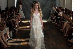 NEW YORK, NY - 16 juin : Promenade de modèles la finale de piste à l'exposition nuptiale de collection de Claire Pettibone Spring Images stock