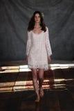 NEW YORK, NY - 16 juin : Un modèle marche la piste à l'exposition nuptiale de collection de Claire Pettibone Spring 2015 Images stock