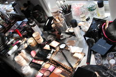 NEW YORK, NY - 16. Juni: Eine Bühne hinter dem Vorhang der Make-upausrüstung auf dem Tisch Lizenzfreies Stockfoto
