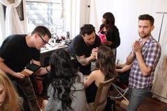 NEW YORK NY - Juni 16: En hårstylist som får modell klart i kulisserna Royaltyfria Bilder