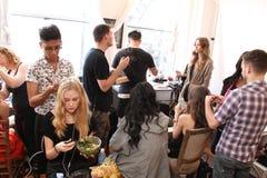 NEW YORK NY - Juni 16: En hårstylist som får modell klart i kulisserna Royaltyfri Fotografi