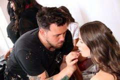 NEW YORK NY - Juni 16: En makeupkonstnär som i kulisserna applicerar makeup till modellframsidan Royaltyfri Foto
