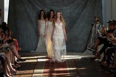 NEW YORK NY - Juni 16: Modeller går landningsbanafinalen på Claire Pettibone Spring 2015 brud- samlingsshow Arkivbild