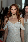 NEW YORK NY - Juni 16: Modeller går landningsbanafinalen på Claire Pettibone Spring 2015 brud- samlingsshow Royaltyfria Foton