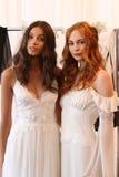 NEW YORK NY - Juni 16: Modeller som får klart i kulisserna Royaltyfria Foton