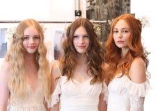 NEW YORK NY - Juni 16: Modeller som får klart i kulisserna Fotografering för Bildbyråer