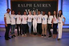 NEW YORK, NY - 19 MAGGIO: L'Irlanda Baldwin, Gigi Hadid e Tyson Beckford posano con i modelli Immagine Stock