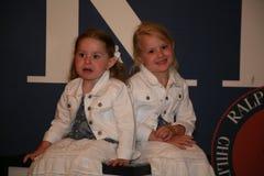 NEW YORK, NY - 19 MAGGIO: Ospiti di un bambino prima della pista alla sfilata di moda dei bambini di Ralph Lauren Fall 14 Fotografie Stock