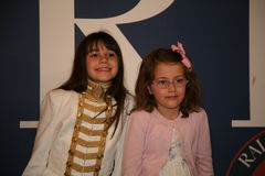 NEW YORK, NY - 19 MAGGIO: Ospiti di un bambino prima della pista alla sfilata di moda dei bambini di Ralph Lauren Fall 14 Immagini Stock
