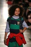 NEW YORK, NY - 19 MAGGIO: Un modello cammina la pista alla sfilata di moda dei bambini di Ralph Lauren Fall 14 Fotografie Stock Libere da Diritti