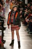 NEW YORK, NY - 19 MAGGIO: Un modello cammina la pista alla sfilata di moda dei bambini di Ralph Lauren Fall 14 Immagine Stock