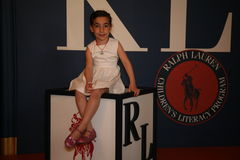 NEW YORK, NY - 19 MAGGIO: Un ospite del bambino prima della pista alla sfilata di moda dei bambini di Ralph Lauren Fall 14 Fotografie Stock Libere da Diritti