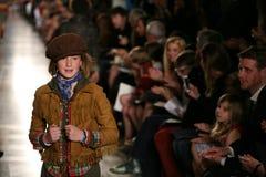 NEW YORK, NY - 19. MAI: Ein Modell geht die Rollbahn an der Kindermode-Show Ralph Lauren Falls 14 Lizenzfreies Stockfoto