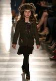 NEW YORK, NY - 19. MAI: Ein Modell geht die Rollbahn an der Kindermode-Show Ralph Lauren Falls 14 Stockbild