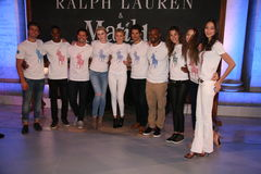 NEW YORK, NY - 19. MAI: Irland Baldwin, Gigi Hadid und Tyson Beckford werfen mit Modellen auf Lizenzfreies Stockfoto