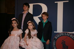 NEW YORK, NY - 19. MAI: Kindergäste vor Rollbahn an der Kindermode-Show Ralph Lauren Falls 14 Stockfotos