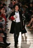 NEW YORK NY - MAJ 19: En modell går landningsbanan på de Ralph Lauren Fall 14 barnens modeshow Arkivbild