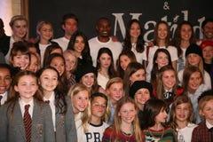 NEW YORK NY - MAJ 19: Ensemblen av Matilda poserar med modeller på de Ralph Lauren Fall 14 barnens modeshow Royaltyfri Foto