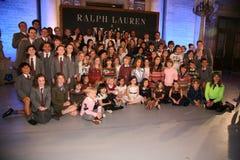 NEW YORK NY - MAJ 19: Ensemblen av Matilda poserar med modeller på de Ralph Lauren Fall 14 barnens modeshow Royaltyfri Fotografi