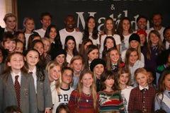 NEW YORK NY - MAJ 19: Ensemblen av Matilda poserar med modeller på de Ralph Lauren Fall 14 barnens modeshow Royaltyfria Bilder