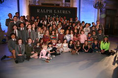 NEW YORK NY - MAJ 19: Ensemblen av Matilda poserar med modeller på de Ralph Lauren Fall 14 barnens modeshow Arkivfoto