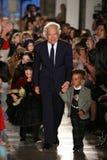 NEW YORK NY - MAJ 19: Formgivaren Ralph Lauren och ungar går landningsbanan Royaltyfria Bilder