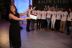 NEW YORK NY - MAJ 19: Irland Baldwin, Gigi Hadid och Tyson Beckford poserar med modeller Royaltyfri Bild